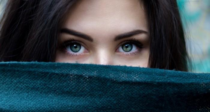 Golubyie glaza devushki Blue eyes of a girl 700x372 Голубые глаза девушки   Blue eyes of a girl