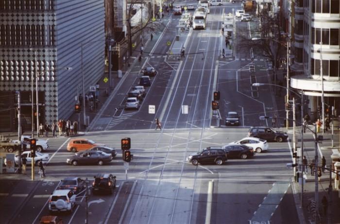 Perekrestok avtomobili Crossroads cars 700x461 Перекресток, автомобили   Crossroads, cars