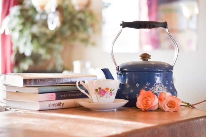 CHashka chaynik knigi natyurmort Cup teapot books still life 700x466 Чашка, чайник, книги, натюрморт   Cup, teapot, books, still life