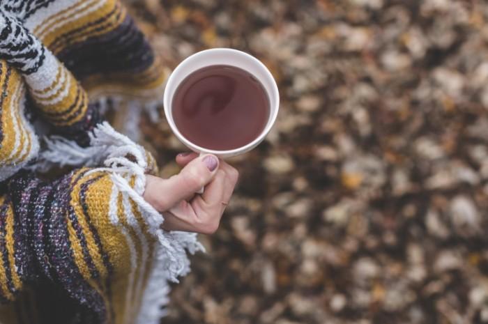 Devushka s chaem Girl with tea 700x465 Девушка с чаем   Girl with tea