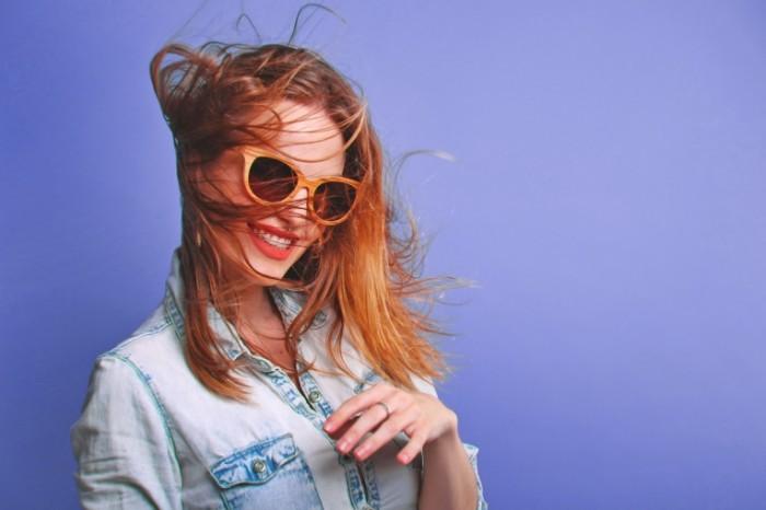 Devushka v ochkah ulyibaetsya The girl with glasses smiles 700x466 Девушка в очках улыбается   The girl with glasses smiles