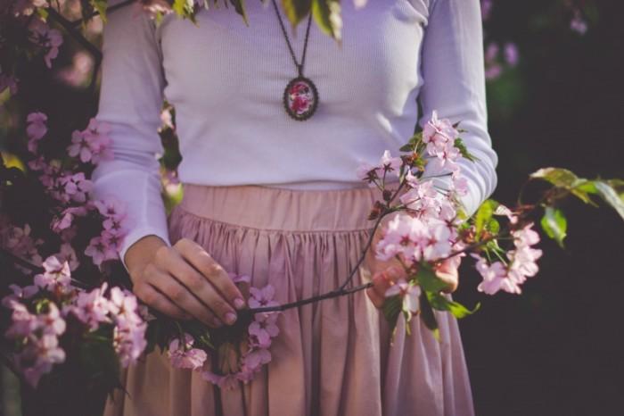 Devushka v rozovom tsvetyi Girl in pink flowers 700x466 Девушка в розовом, цветы   Girl in pink, flowers