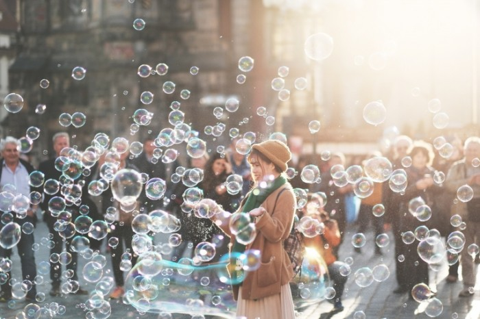 Myilnyie puzyiri devushka Soap bubbles girl 700x466 Мыльные пузыри, девушка   Soap bubbles, girl