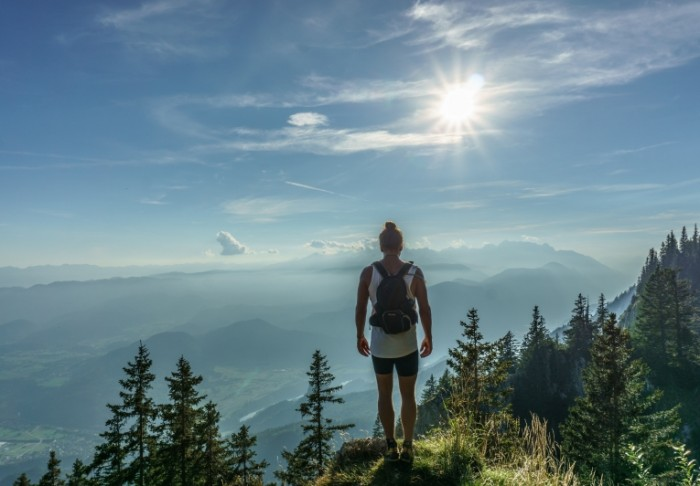 человек в горах   man in the mountains