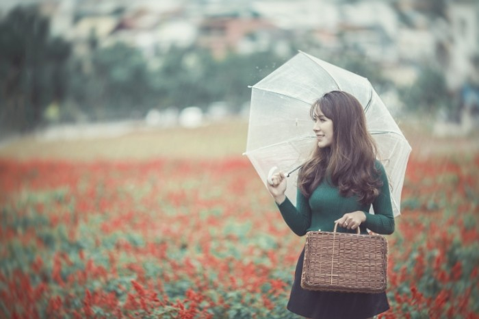 Devushka s zontom Girl with an umbrella 700x466 Девушка с зонтом   Girl with an umbrella