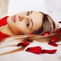 девушка и лепестки роз - girl and rose petals
