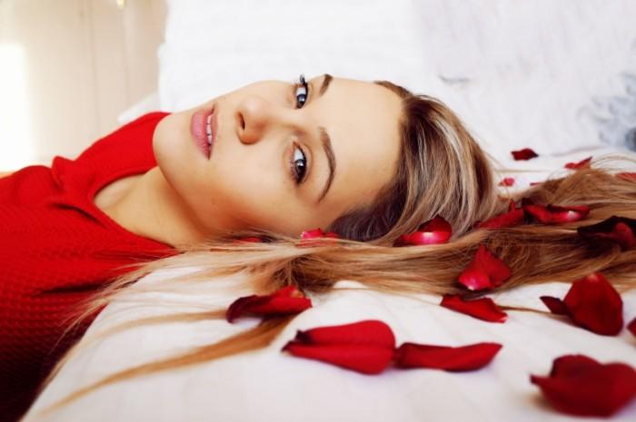 девушка и лепестки роз   girl and rose petals