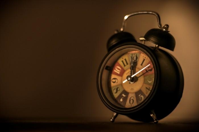 Budilnik chasyi Alarm clock clock 700x464 Будильник, часы   Alarm clock, clock