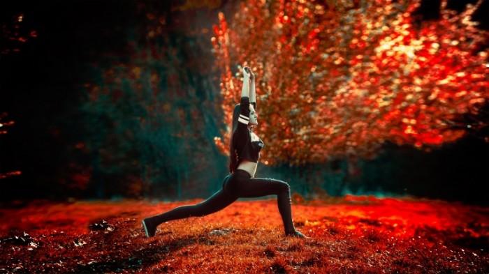 Йога в парке осенью   yoga in the park in autumn