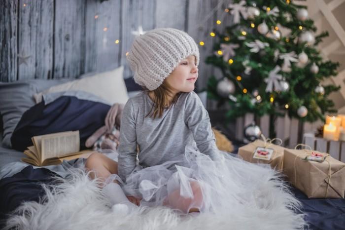 girl 2931287 700x466 Девочка в шапке, зима, елка   Girl in hat, winter, fur tree
