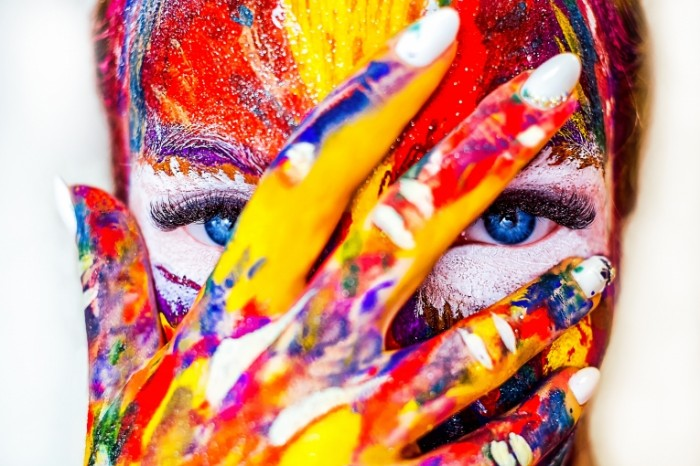 Devushka kraski Girl paints 700x466 Девушка, краски   Girl, paints