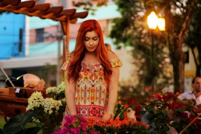 Devushka s tsvetami Girl with flowers 700x466 Девушка с цветами   Girl with flowers