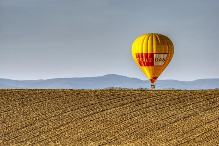 Vozdushnyiy shar pole Balloon field 700x466 Воздушный шар, поле   Balloon, field