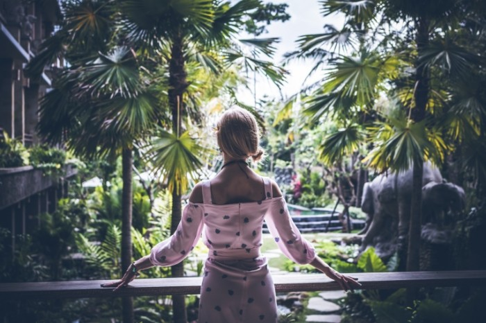 Девушка, отель в джунглях   Girl, hotel in the jungle