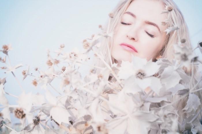 Блондинка, белые цветы   Blonde, white flowers
