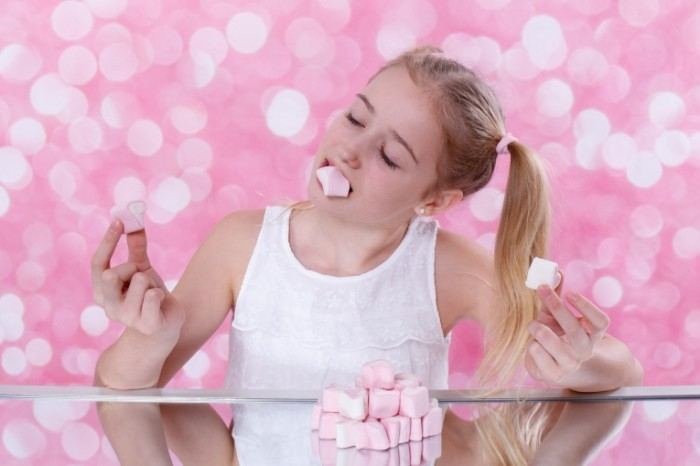 Devochka zefir rozovyiy Girl marshmallow pink 5196  3464 700x466 Девочка, зефир, розовый   Girl, marshmallow, pink