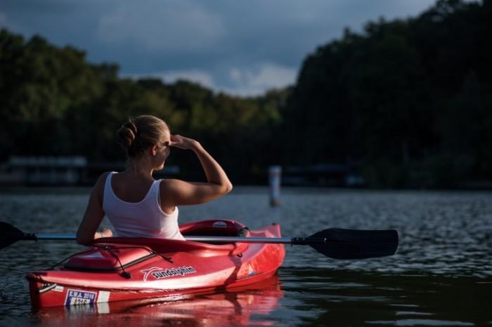Devushka v baydarke A girl in a kayak 5752x3840 700x466 Девушка в байдарке   A girl in a kayak