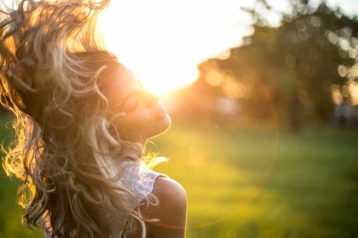 Devushka v luchah solntsa Girl in the sun 4104 x 2736 700x466 Девушка в лучах солнца   Girl in the sun