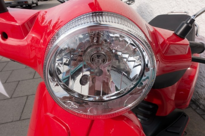 Krasnyiy moped Red moped 5472  3648 700x466 Красный мопед   Red moped