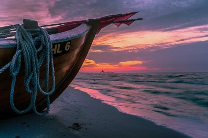 Лодка на берегу   Boat on the shore