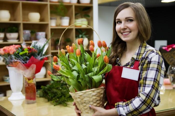 Magazin tsvetyi prodavets Shop flowers seller 5120  3413 700x465 Магазин, цветы, продавец   Shop, flowers, seller