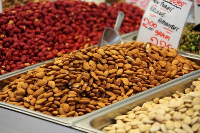 Mindal orehi Almonds nuts 5000  3333 700x465 Миндаль, орехи   Almonds, nuts