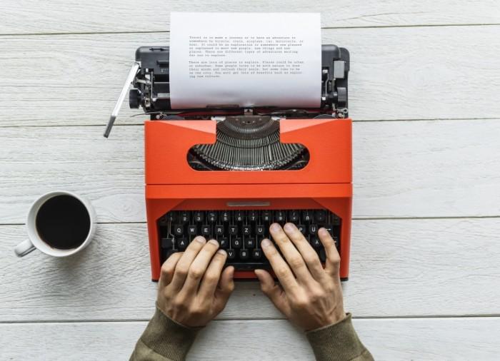 Pechataet na mashinke Typing 5000 x 3617 700x506 Печатает на машинке   Typing
