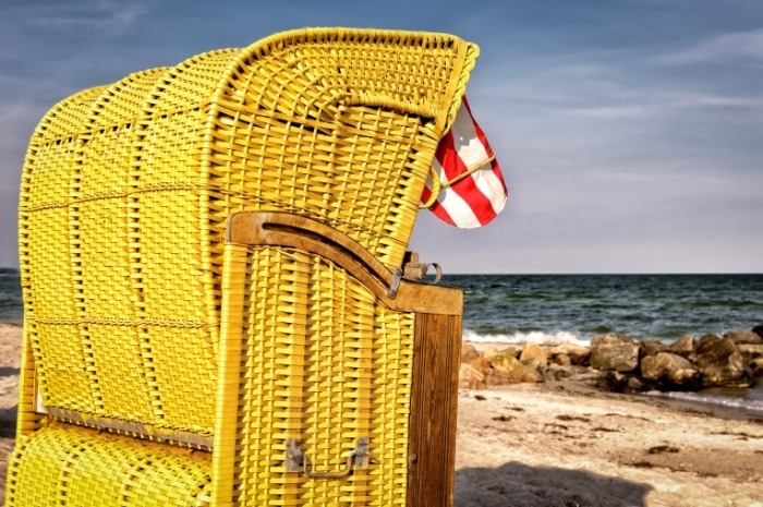 Плетеное кресло, пляж   Wicker chair, beach
