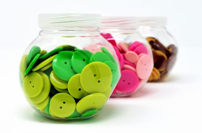 Pugovitsyi shite yarkie tsveta Buttons sewing bright colors 5422  3581 700x462 Пуговицы, шитье, яркие цвета   Buttons, sewing, bright colors