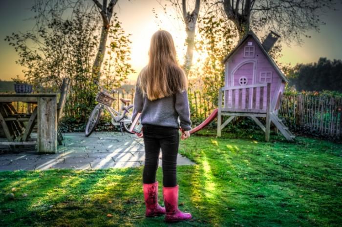 Rebenok zadniy dvor Child backyard 5829  3884 700x465 Ребенок, задний двор   Child, backyard