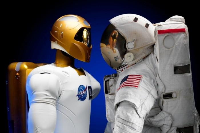 Skafandr robot Space suit robot 5017x3345 700x466 Скафандр, робот   Space suit, robot