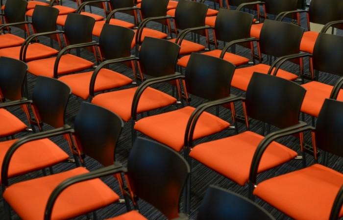 Зал, ряды стульев   Hall, rows of chairs