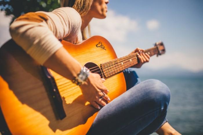 Akusticheskaya gitara devushka Acoustic guitar girl 5472  3648 700x466 Акустическая гитара, девушка   Acoustic guitar, girl