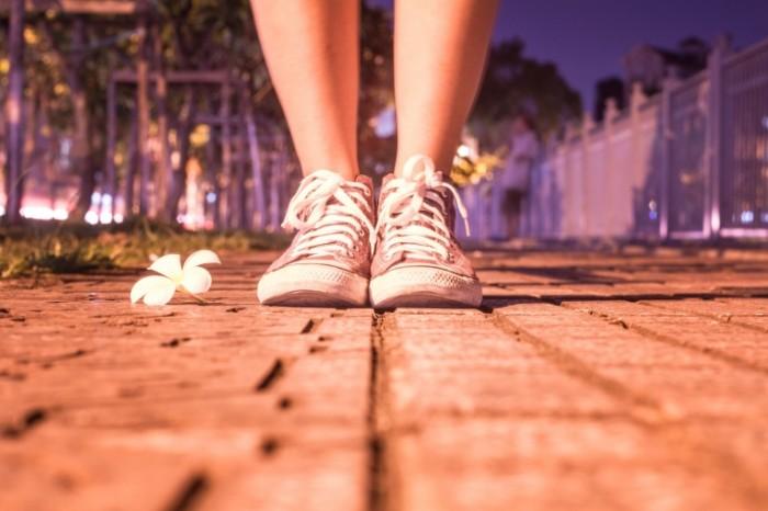 Krossovki tsvetok nochnaya ulitsa Sneakers flower night street 5184  3456 700x466 Кроссовки, цветок, ночная улица   Sneakers, flower, night street