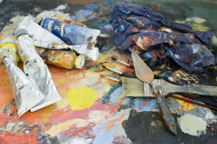 Maslyanyie kraski molbert Oil paints easel 7360  4912 700x466 Масляные краски, мольберт   Oil paints, easel