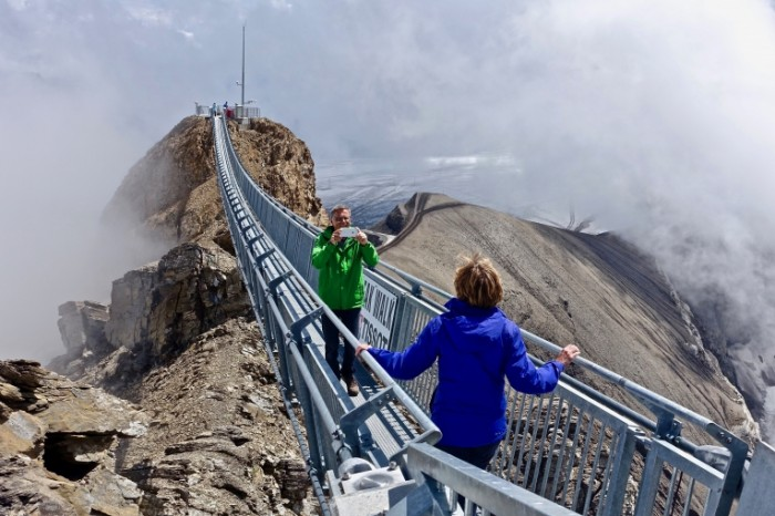 Most vershina goryi turizm Bridge mountain top tourism 5472  3648 700x466 Мост, вершина горы, туризм   Bridge, mountain top, tourism