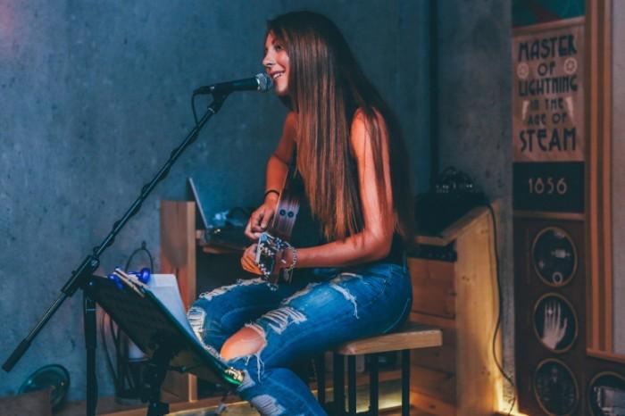 Muzyikant devushka gitara Musician girl guitar 5442  3628 700x466 Музыкант, девушка, гитара   Musician, girl, guitar
