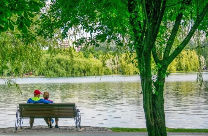 Park ozero para skameyka Park lake couple bench 5075  3327 700x458 Парк, озеро, пара, скамейка   Park, lake, couple, bench