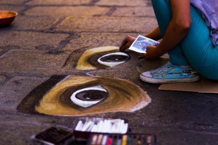 Rebenok risuet na asfalte child draws on the asphalt 5184  3456 700x466 Ребенок рисует на асфальте   child draws on the asphalt