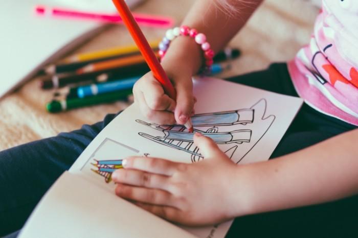 Rebenok risuet raskraska Child draws coloring pages 5059  3373 700x466 Ребенок рисует, раскраска   Child draws, coloring pages