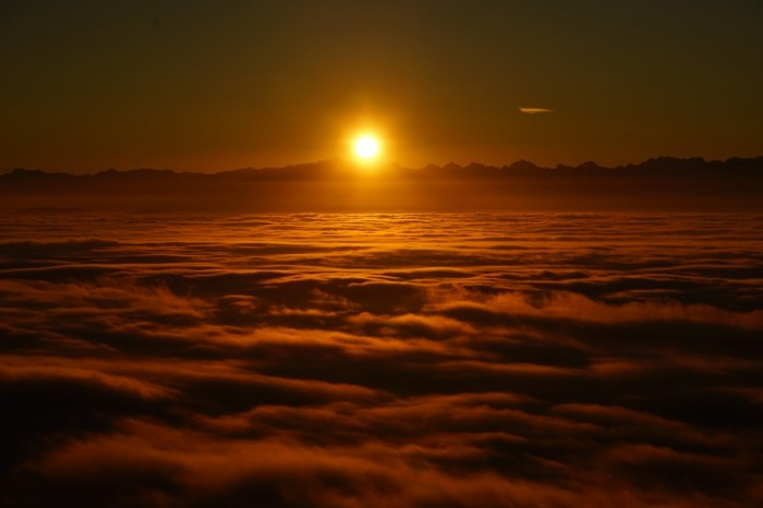 Zakat nad oblakami Sunset over the clouds 7952  5304 700x466 Закат над облаками   Sunset over the clouds