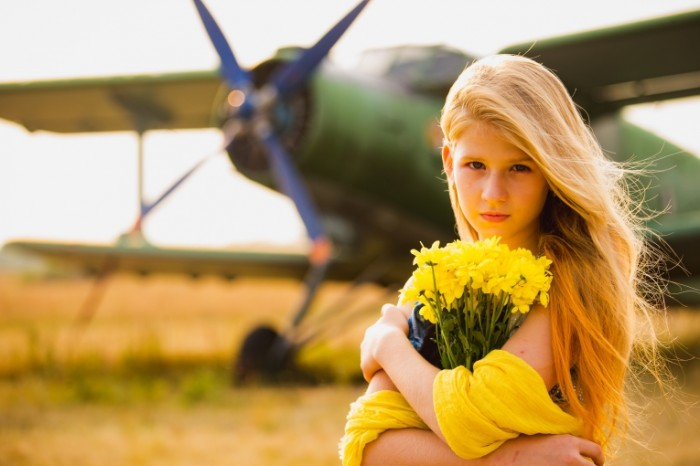 Devushka s buketom tsvetov samolet Girl with bouquet of flowers airplane 5184  3456 700x466 Девушка с букетом цветов, самолет   Girl with bouquet of flowers, airplane
