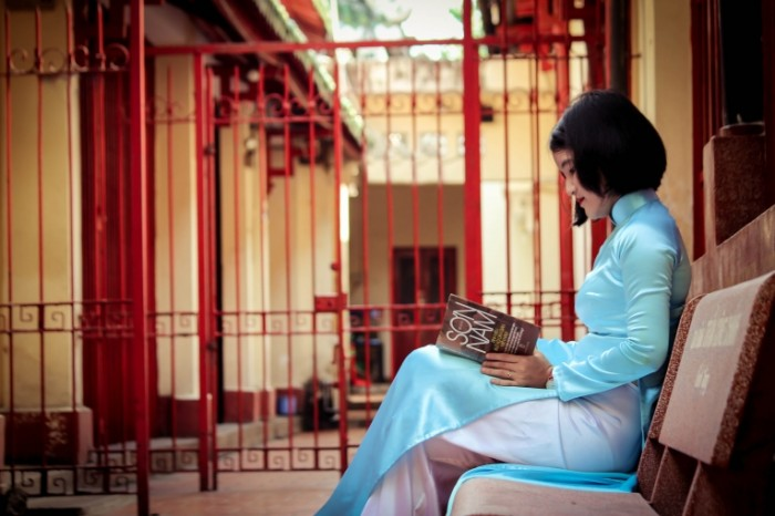 Devushka s knigoy aziatka dvorik Girl with book asian patio 5184  3456 700x466 Девушка с книгой, азиатка, дворик   Girl with book, asian, patio