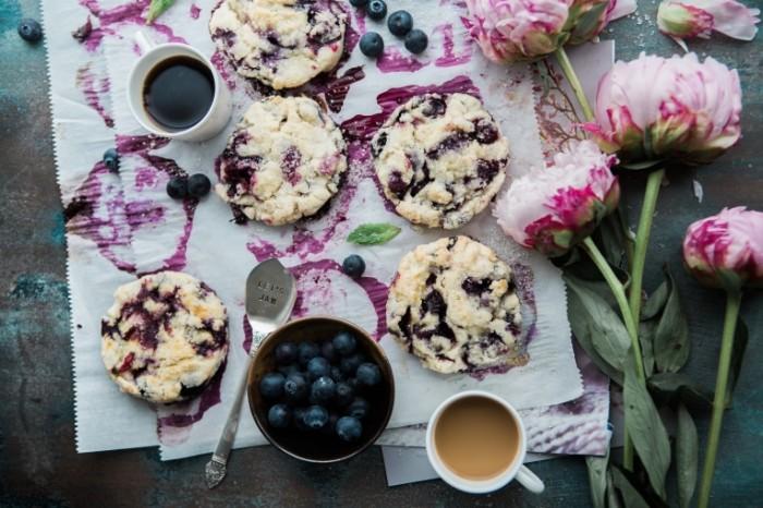 Kofe pirozhnyie s chernikoy Coffee cakes with blueberries 5760  3840 700x466 Кофе, пирожные с черникой   Coffee, cakes with blueberries