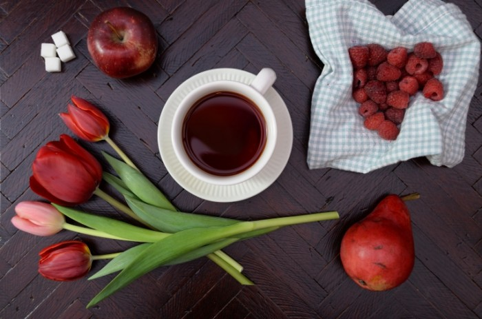 Kofe tyulpanyi fruktyi Coffee tulips fruit 5808  3856 700x463 Кофе, тюльпаны, фрукты   Coffee, tulips, fruit 5808×3856