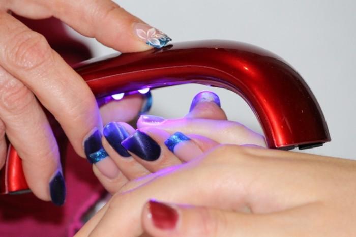 Manikyur sushka laka ultrafioletom Manicure drying of varnish by ultraviolet 5184  3456 700x466 Маникюр, сушка лака ультрафиолетом   Manicure, drying of varnish by ultraviolet