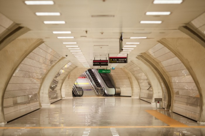 Metro e`skalator podzemka Metro escalator subway 5521  3681 700x466 Метро, эскалатор, подземка   Metro, escalator, subway