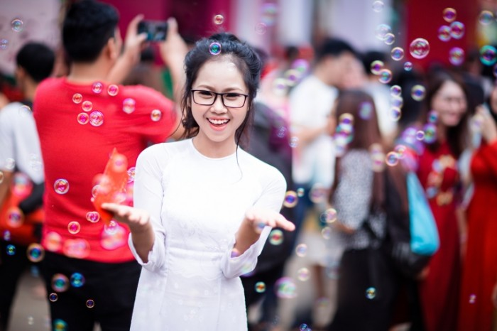 Myilnyie puzyiri devushka aziatka Soap bubbles girl asian 5760  3840 700x466 Мыльные пузыри, девушка, азиатка   Soap bubbles, girl, asian