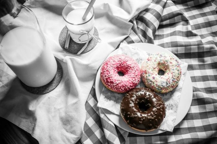 Ponchiki s molokom zavtrak Donuts with milk breakfast 5000  3334 700x466 Пончики с молоком, завтрак   Donuts with milk, breakfast