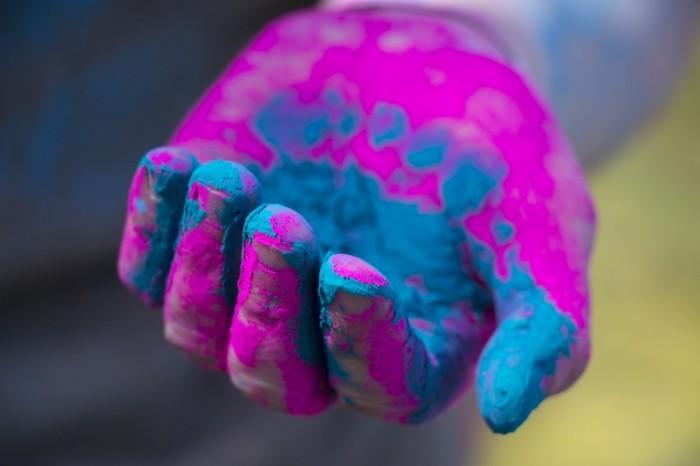 Ruka kraski holi prazdnik nastroenie Hand paint holi holiday mood 5184  3456 700x466 Рука, краски холи, праздник, настроение   Hand, paint holi, holiday, mood